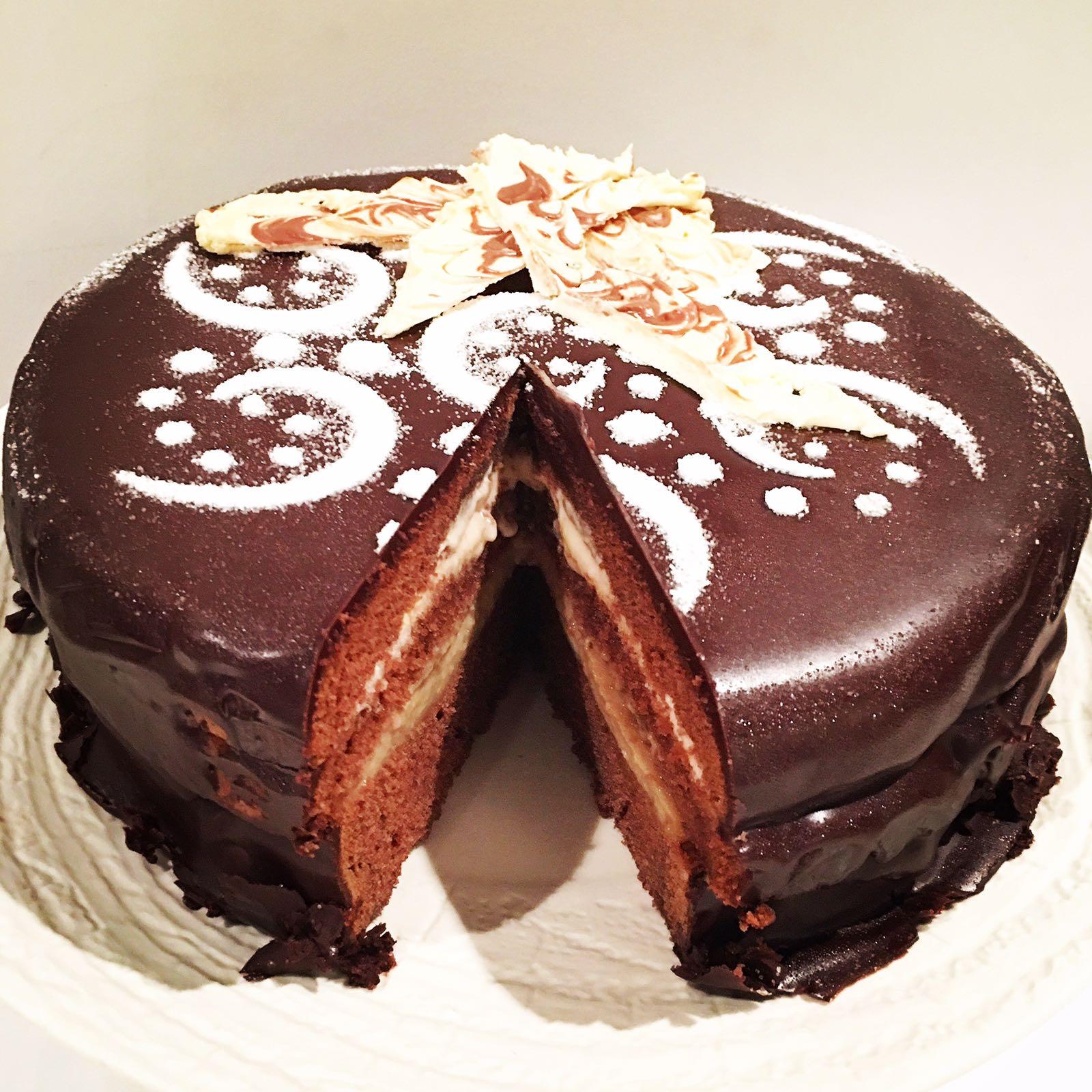 Tarta de chocolate con crema de café y dulce de leche.
