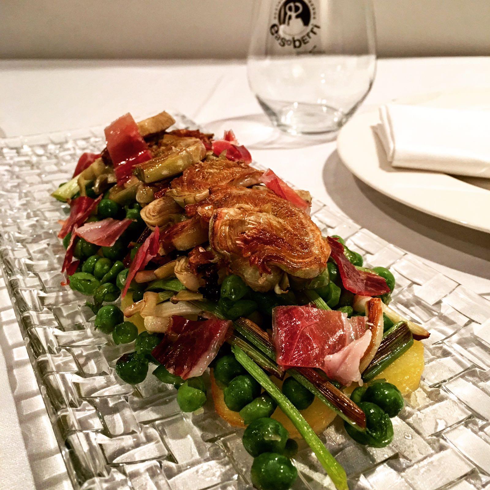 Ensalada templada de verduras de temporada con jamón ibérico.